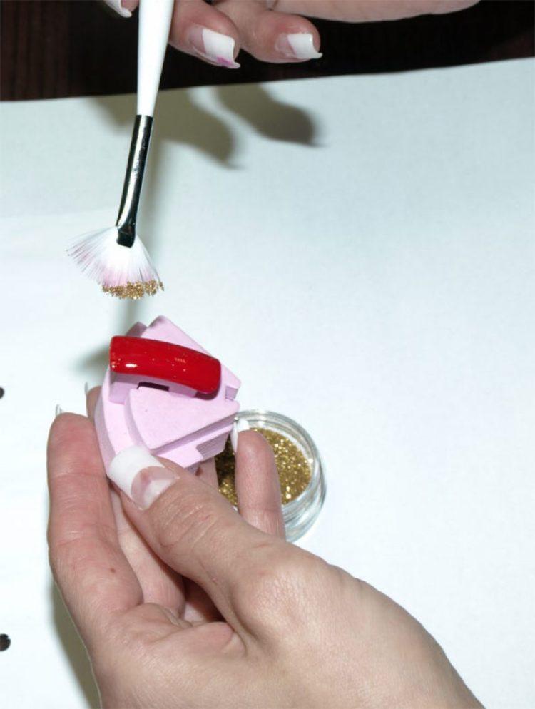 Nanášanie glitrov na nechty
